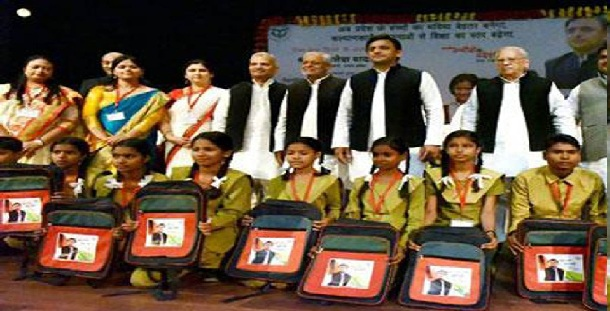 akhilesh yadav giving to school bags to school peoples