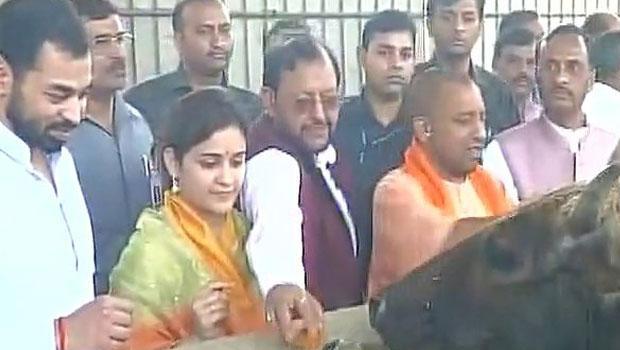 up cm yogi adityanath meets aparna yadav